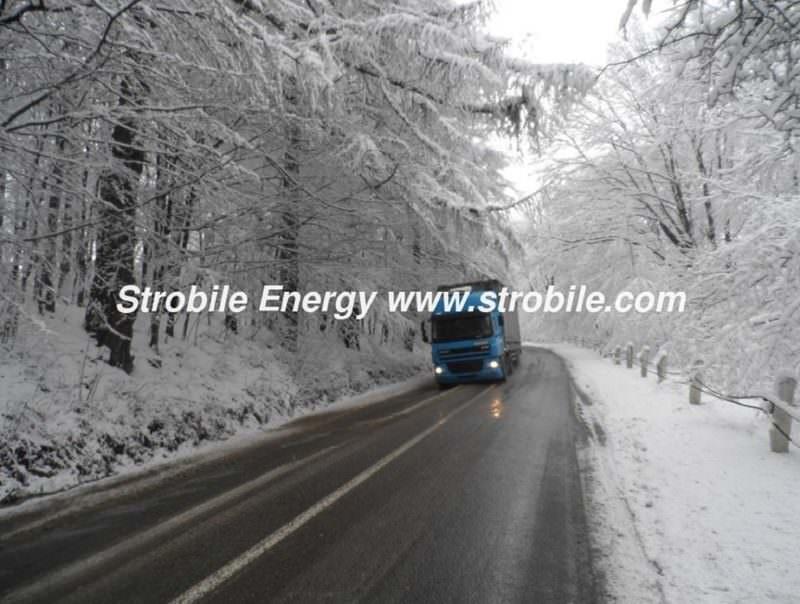 Το φορτηγό με τα πέλλετ ξύλου Virgin Wood Pellets λευκής ελιάς τρέχει στο χειμωνιάτικο δάσος της Μπουκοβίνας