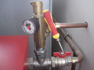 Η φωτογραφία 7. Οι σωλήνες και η βαλβίδα πίεσης